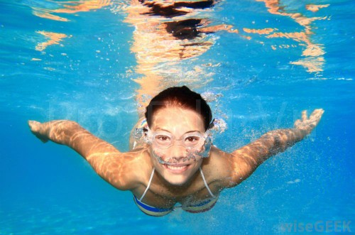 woman-swimming-underwater-8480-141118323